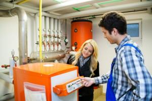 Techniker erklärt veralteten Heizkessel Zitzelsberger GmbH