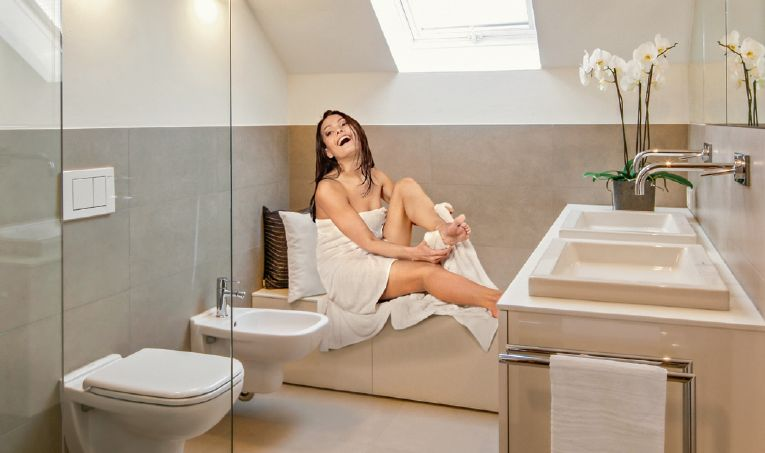 Frau im Badezimmer Zitzelsberger Augsburg