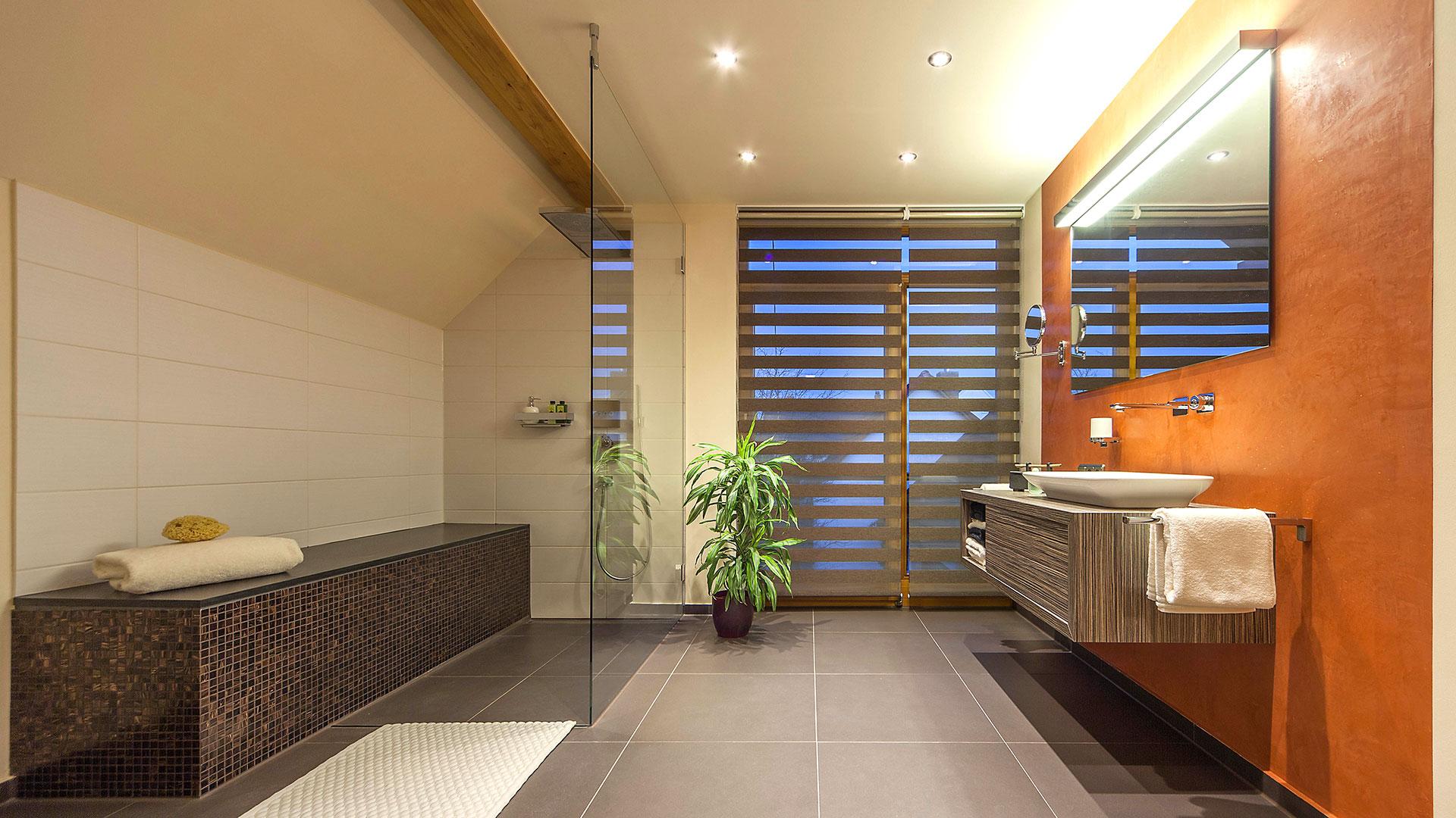 Großzügiges Badezimmer trotz Dachschrägen - Zitzelsberger GmbH