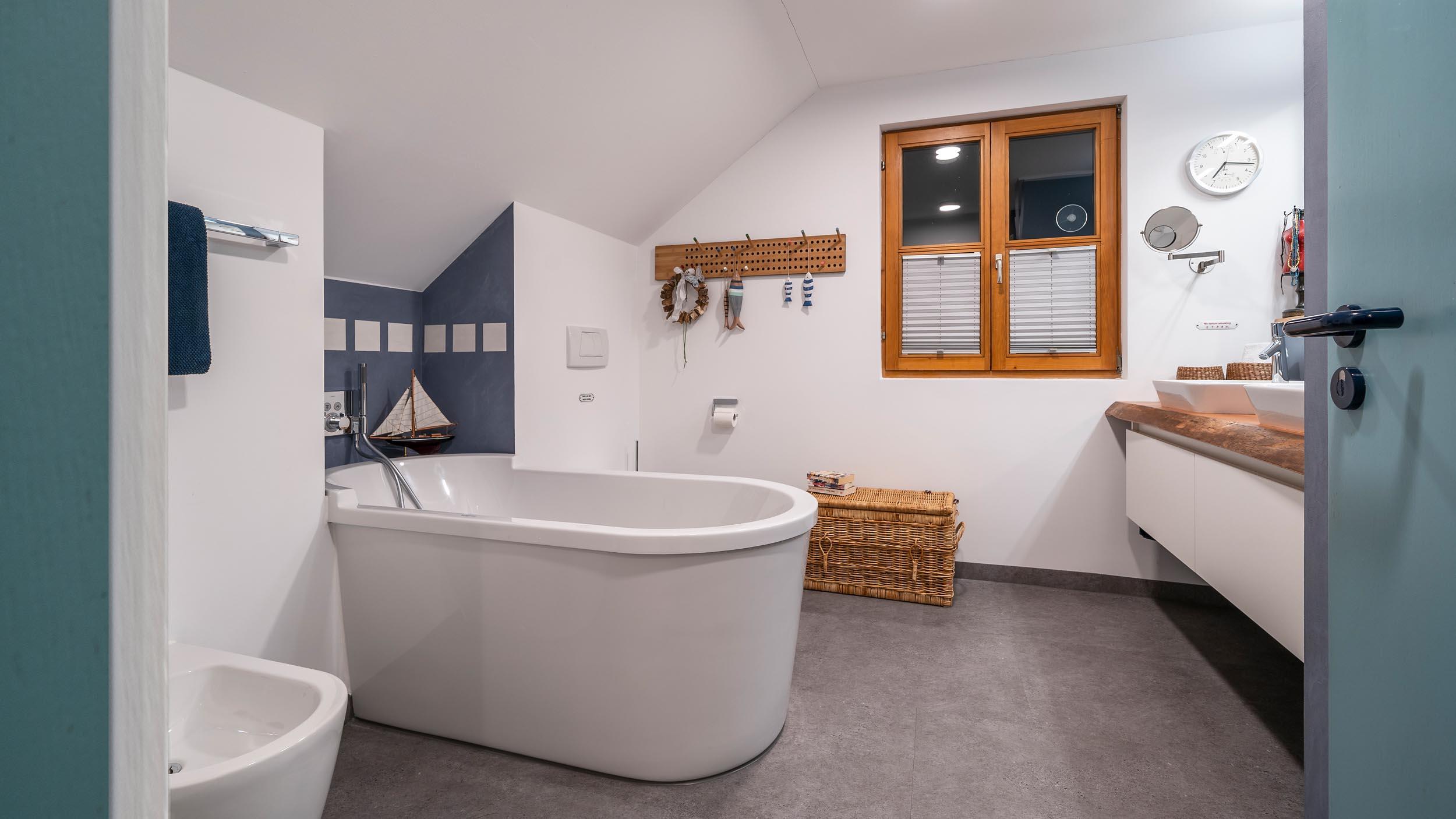 018-bad-im-holzstaenderhaus-ohne-fliesen-in-der-dusche-01 ...
