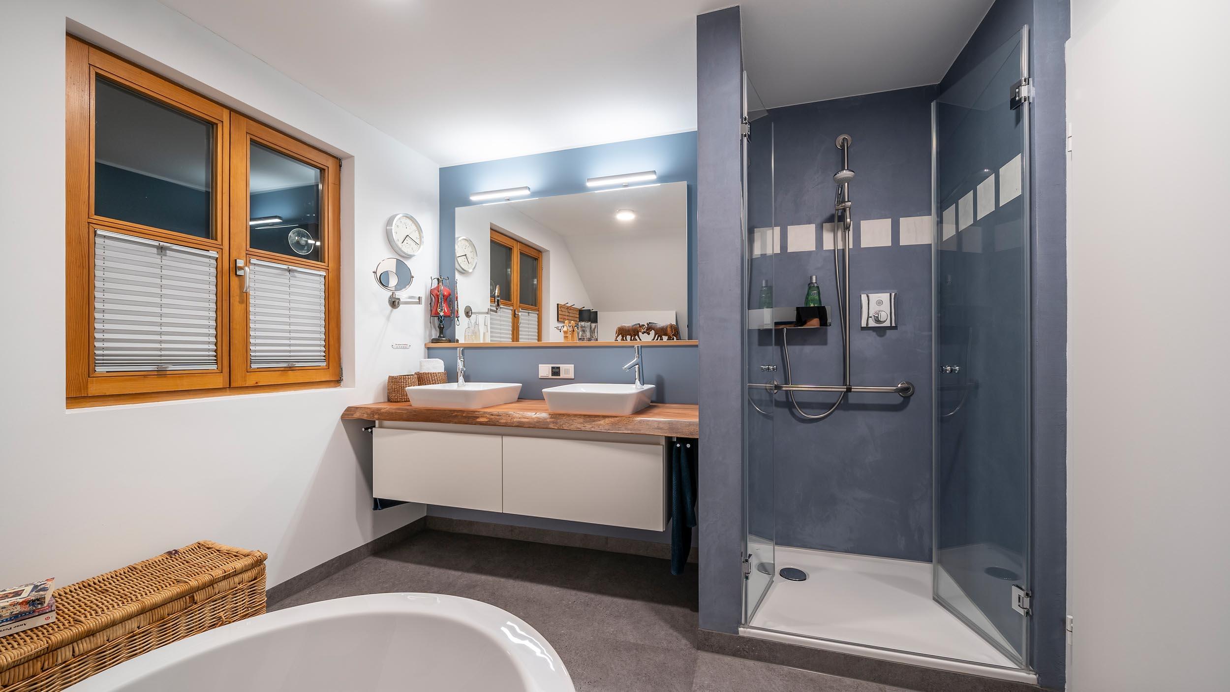 018-bad-im-holzstaenderhaus-ohne-fliesen-in-der-dusche-03 ...