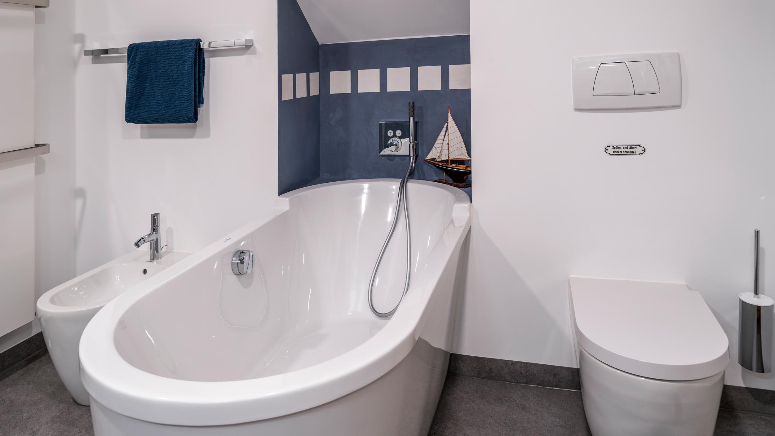 018-bad-im-holzstaenderhaus-ohne-fliesen-in-der-dusche-05 ...