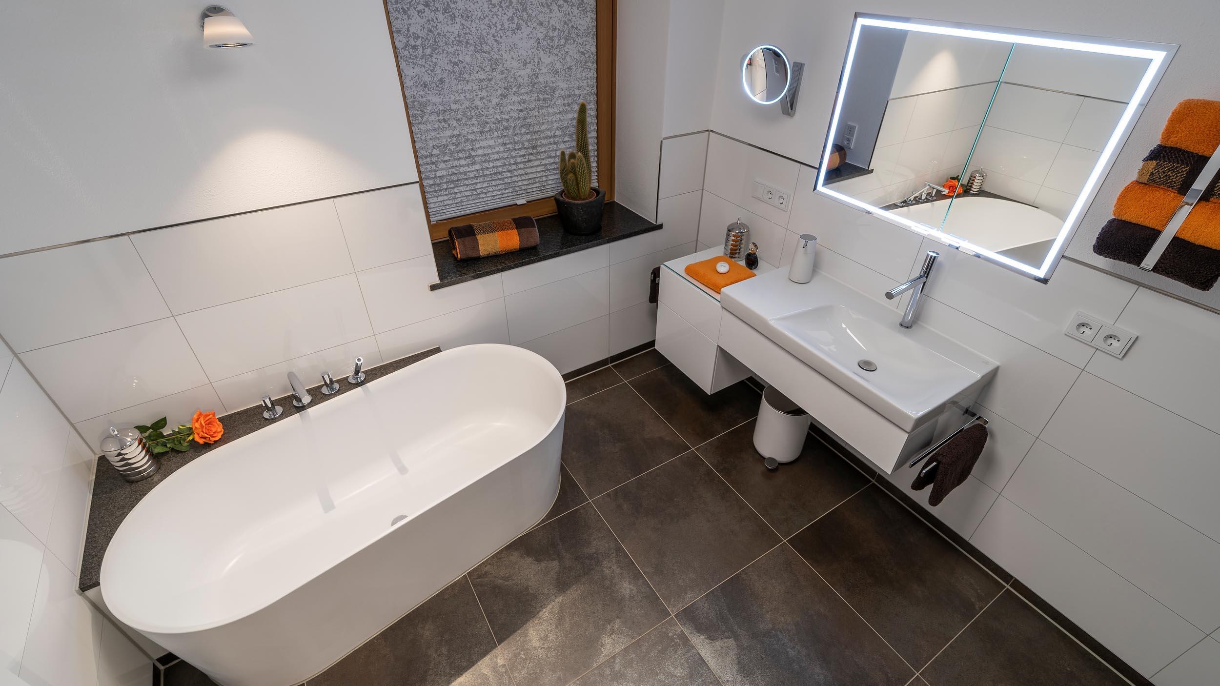 Damenbad in weiss mit freistehender Badewanne