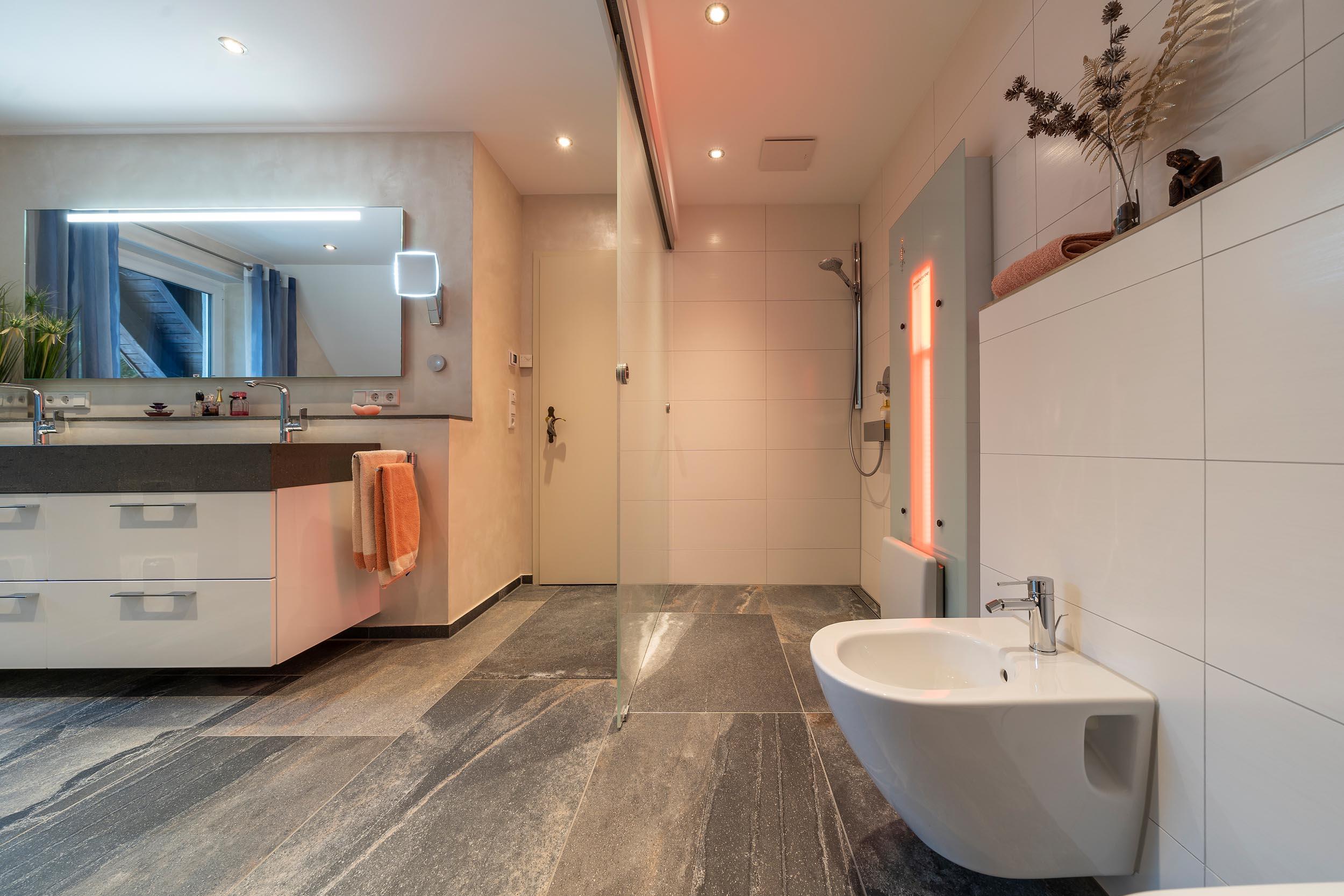 Badezimmer mit Infrarotwärme in der Dusche