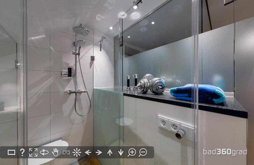 Badezimmer en suite im Treppenaufgang