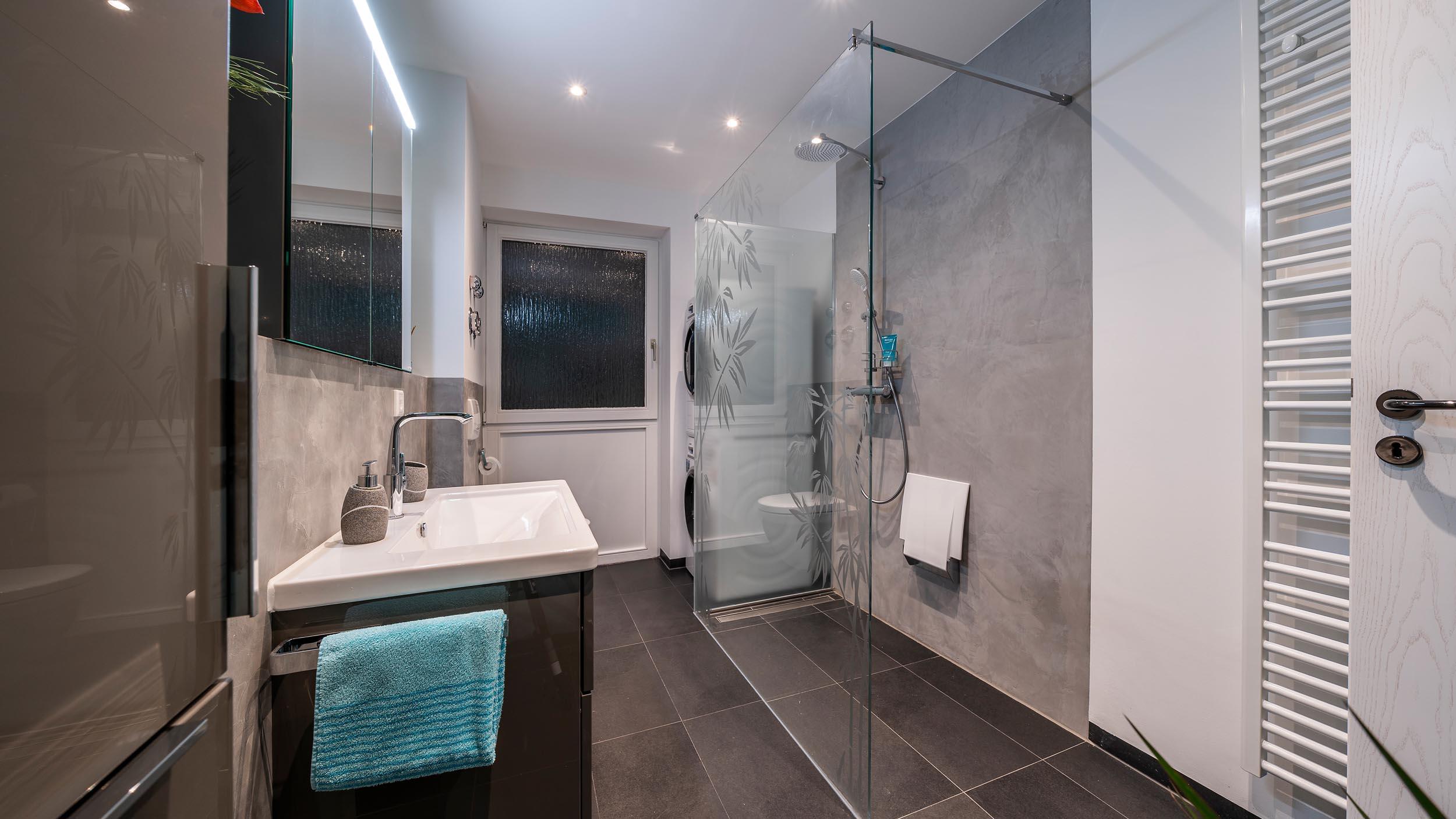altersgerechter Badumbau mit ebenerdiger Dusche