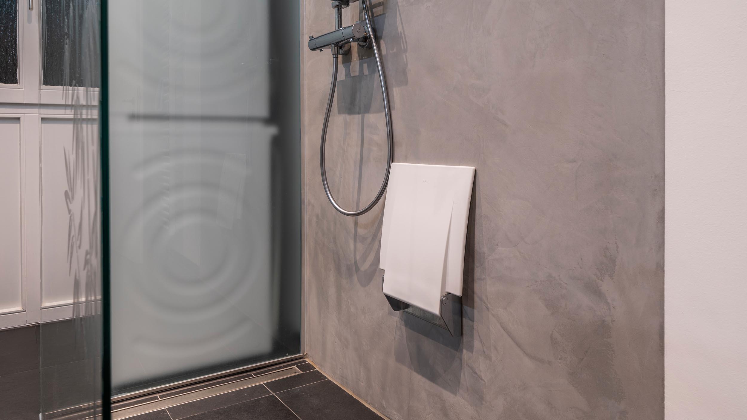 klappbarer Duschsitz in der Dusche