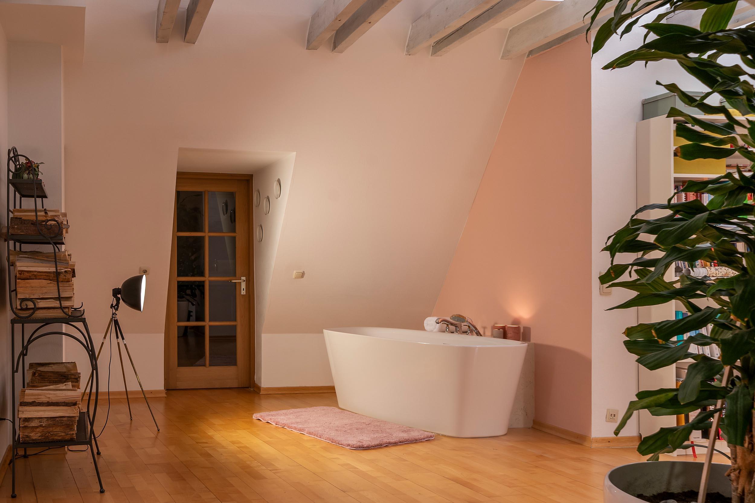 Titel freistehende badewanne ausserhalb des Badezimmers