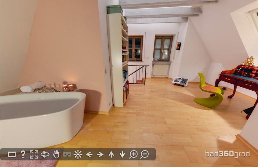 Freistehende Badewanne im Wohnzimmer